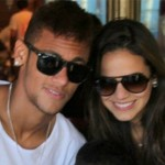 neymar-posing-for-a-photo-with-his-girlfriend-bruna-marquezine-600x399